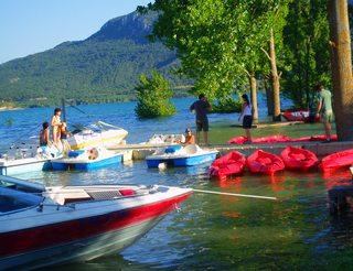 Activités aquatiques au barrage de Barasona en Aragon dans les Pyrénées