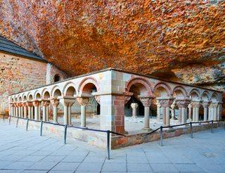 Monstère de San Juan de la Peña en Aragon dans les Pyrénées